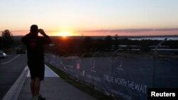 زمین های در حال رشد برای ساختوساز خانههای جدید در غروب آفتاب در جنوب سیدنی، استرالیا.