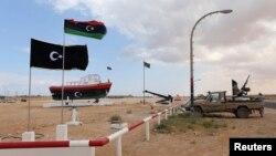 지난 11일 리비아 동부 알시드라 항 입구를 반군들이 지키고 있다. 알시드라항에서는 북한 인공기를 단 유조선이 리비아 정부의 경고에도 불구하고 원유 선적을 강행했다.