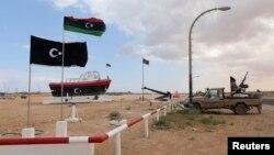 지난 11일 리비아 동부 알시드라 항 입구를 반군들이 지키고 있다. 알시드라항에서는 북한 인공기를 단 유조선이 리비아 정부의 경고에도 불구하고 원유 선적을 강행했다. (자료사진)