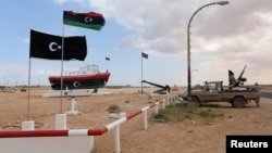 지난 2014년 3월 북아프리카 리비아의 알시드라 항 입구를 반군들이 지키고 있다. 당시 알시드라 항에서는 북한 인공기를 단 유조선이 리비아 정부의 경고에도 불구하고 원유 선적을 강행했다. (자료사진)