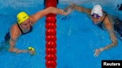 2021年7月28日東京奧運會女子200米自由泳金牌得主澳洲選手迪瑪絲(Ariarne Titmus, 圖左)與獲得銀牌的香港泳手何詩蓓(圖右) (路透社照片)