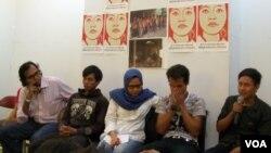 Para korban perbudakan di pabrik panci di Tangerang didampingi KontraS dan LPSK. (VOA/Fathiyah Wardah)