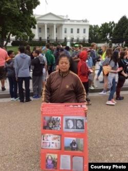 中国访民王春艳在白宫门前请愿(郭宝胜牧师拍摄提供,2016年5月18日)