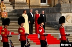 Ibu negara AS, Melania Trump, Presiden AS Donald Trump, Perdana Menteri Inggris Theresa May dan suaminya Philip May, dalam upacara penyambutan kedatangan tamu negara di Blenheim Palace dekat Woodstock, Oxfordshire, Kamis, 12 Juli 2018.