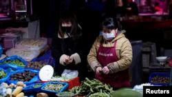 """时事大家谈:松绑""""地摊经济"""" 北京政策为何大转弯?"""