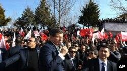 Perdana Menteri Turki Ahmet Davutoglu berbicara di Mardin, Turki, Jumat, 5 Februari 2016.