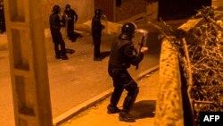 Les forces de sécurité prennent position lors d'affrontements avec des mineurs à la suite d'une manifestation contre la corruption, la répression et le chômage dans la ville d'Imzouren, Maroc, 10 juin 2017.