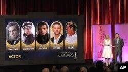 La actriz Emma Stone y el anfitrión de la Gala de los Premios Oscar, Seth MacFarlane, presentan las nominaciones para Mejor Actor.