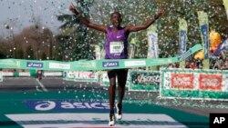 France Paris MarathonCyprian Kotut du Kenya franchit la ligne d'arrivée, remportanr le 40e Marathon de Paris version masculine, à Paris, 3 avril 2016.