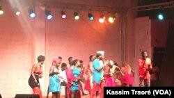 Comédie musicale pour appeler les Maliens à être des vrais citoyens, au Mali, le 19 décembre 2017. (VOA/Kassim Traoré)