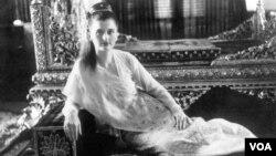 """掸王宫里摆着萨金特成为掸族""""圣王妃""""时的照片。(美国之音朱诺拍摄,2013年02月19日)"""