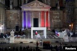Peti mati Samuel Paty, dibawa pergi dari halaman universitas Sorbonne di Paris, Perancis, 21 Oktober 2020.