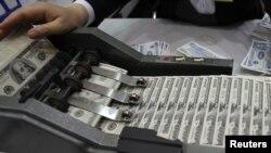 Nhân viên đếm đôla Mỹ tại trụ sở chính của Vietcombank tại Hà Nội