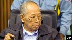 Cựu Ngoại trưởng Ieng Sary của chế độ Khmer Đỏ trông có vẻ già yếu nhất trong các bị cáo (hình chụp ngày 23/11/2011)