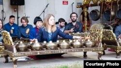 Seorang seniman AS, Andrea Decker, bermain gamelan bersama kelompok gamelan di California (foto: dok. pribadi)