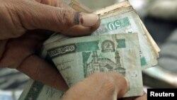 په افغانستان کې د بانکي سیستم د نه عام کیدو له وجې اکثر راکړه ورکړه په نغدو پیسو کیږي