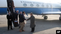 지난 2007년 4월 북한에서 발굴된 한국전 참전 미군 유해 송환을 위해 평양을 방문한 빌 리처드슨 미 뉴멕시코 주지사(왼쪽)가 공항에 나온 북한 관리와 악수하고 있다. (자료사진)