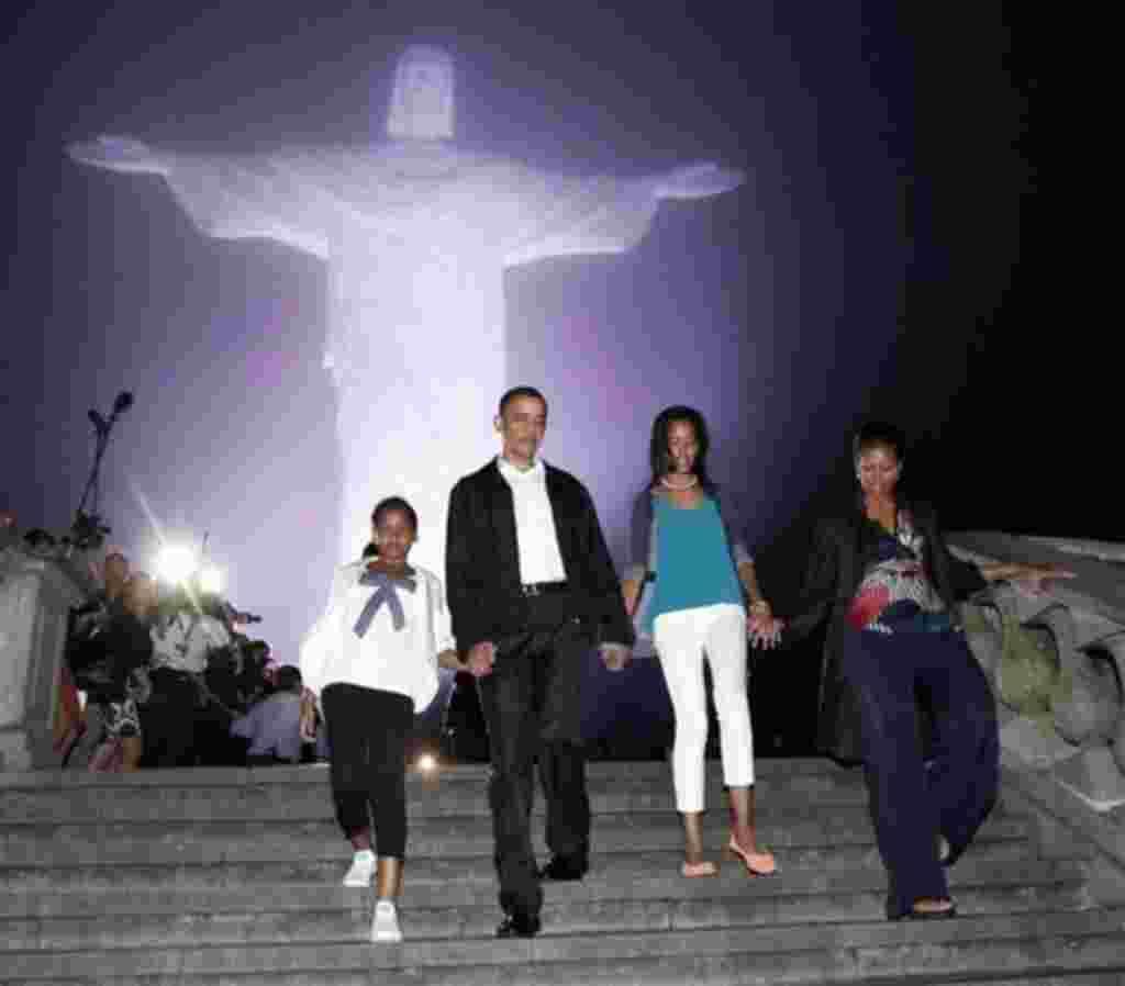 El presidente de EE.UU., Barack Obama, en compañía de su esposa Michelle Obama y sus hijas visitan la estatua durante su gira a Latinoamérica en marzo de 2011.