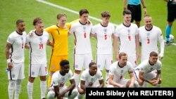 Para pemain Inggris berpose untuk foto grup sebelum pertandingan, 29 Juni 2021. (Foto: John Sibley via REUTERS)