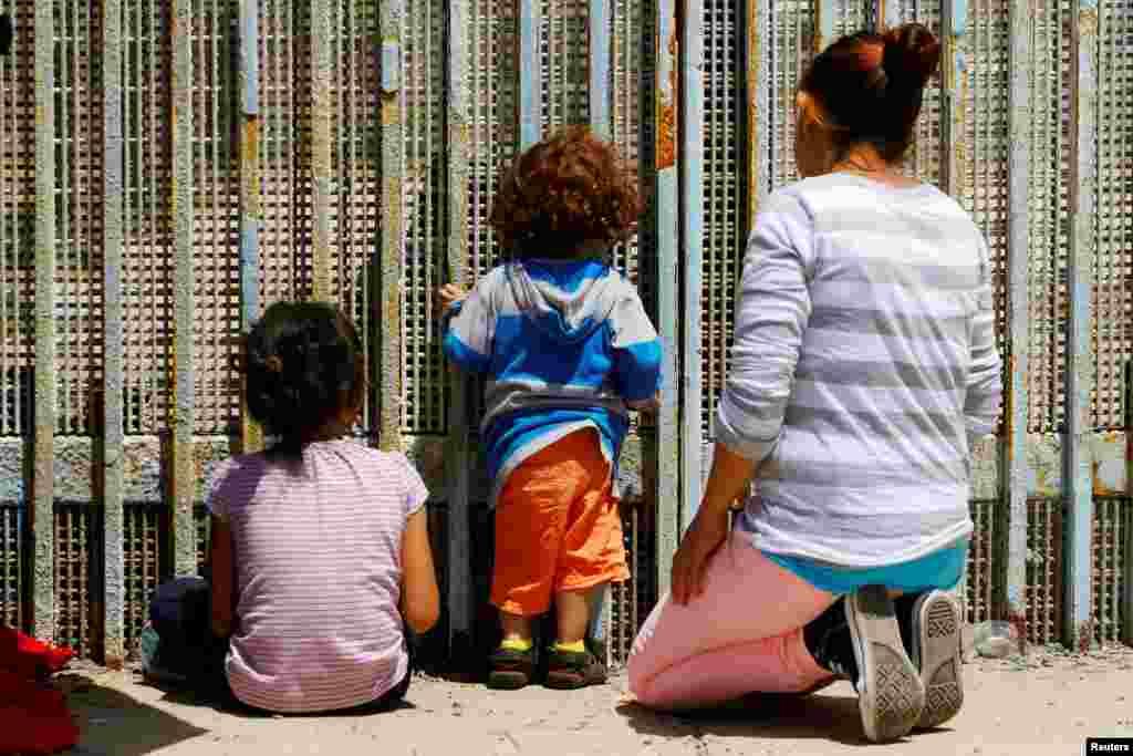 "Sebuah keluarga merayakan ""Hari Ibu"" di Tijuana, Meksiko yang berbatasan dengan Amerika Serikat."