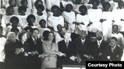 Martin Luther King, Sr., Roslyn Carter, Andy Young, Coretta King, Presidente Carter, Dr. Benjamin Mays (Presidente Emerito do Morehouse College), Dr. Joseph Lowey (Pastor da Igreja Baptista Ebenezer ), e Jesse Hill (Presidente da Camara de Comercio de Atlanta)