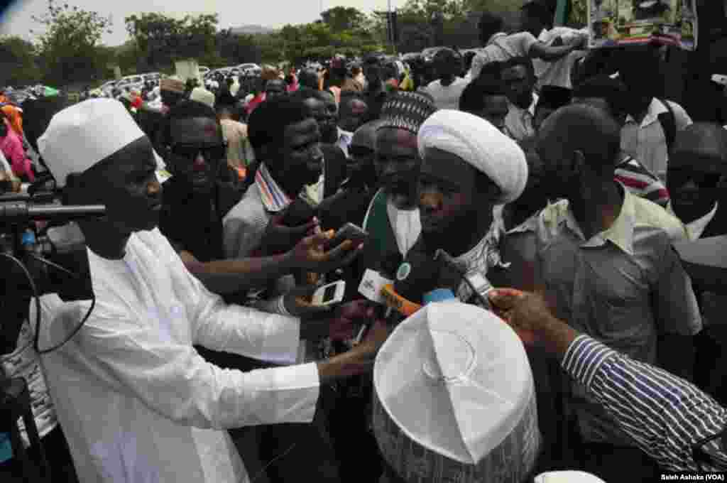 Malam Babba Kaita yana zantawa da manema labarai lokacin da suke zanga zanga a Abuja