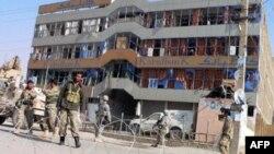 Vụ nổ xe bom xảy ra bên ngoài chi nhánh ngân hàng Kabul ở Kandahar nơi các cảnh sát viên đã đến để lãnh lương