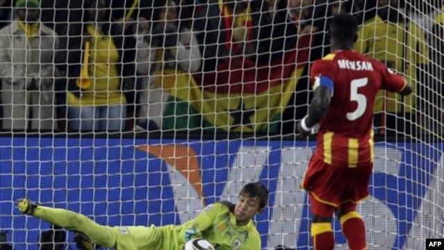 John Mensah của Ghana (phải) bỏ lỡ một quả phạt đền trong trận đấu với đội Uruguay tại Soccer City tại Johannesburg, Nam Phi, ngày 2 tháng 7, 2010.