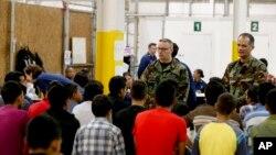 Деца што илегално имигрирале во САД, во прифатен центар во Аризона