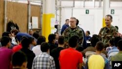 Altos funcionarios del gobierno afirman que están haciendo lo mejor posible para atender a los niños aprehendidos en la frontera, pero no pueden garantizar que se estén cumpliendo con los tiesmpos estipulados de espera en el que permanecen en custodia.