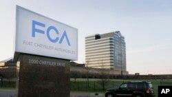 Tư liệu -Ảnh chụp ngày 6/5/2014, một chiếc xe chạy qua trụ sở chính của công ty sản xuất ô tô Fiat Chrysler Automobiles ở Auburn Hills, Michigan.