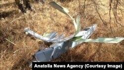 Hình ảnh được công bố trên đài truyền hình nhà nước ngày 16/10/2015 mà Thổ Nhĩ Kỳ nói đó là máy bay không người lái bị bắn hạ.