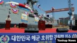 12일 경남 창원 STX조선해양에서 열린 해군의 네번째 차기 호위함 강원함 진수식에서 최문순 강원도지사가 축사를 하고 있다.