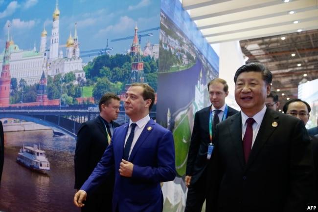 俄罗斯总理梅德韦杰夫和中国国家主席习近平2018年11月5日在上海参加首届中国国际进口博览会。