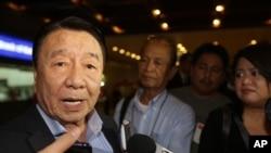 Amadeo Perez Jr, ketua Kantor Ekonomi dan Kebudayaan Manila, memberikan keterangan pers terkait pembicaraannya dengan para pejabat Taiwan terkait penembakan nelayan, setibanya di Bandara Internasional Manila, Filipina (16/5).