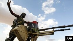Chiến binh phe nổi dậy tiến về thành phố sa mạc Bani Walid, Libya, 9/9/2011