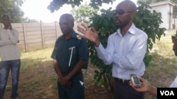 Udokotela Bekezela Khabo,echasisa phezu kwalendlela kuntathelizindaba,ngesikhathi zethekelele li kilinika ekhokhelwa ngu Sister in Charge Kelvin Sithole obekhona laye.