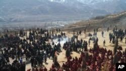 Người Tây Tạng tụ tập tại buổi hỏa táng của Sonam Dargye Rongwo, 17/3/2012