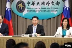 台湾外交部部长吴钊燮(中)7月1日宣佈在非洲索马利兰共和国设立台湾代表处。(美国之音李玟仪摄)
