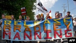 2013年6月1日在马里兰州米德堡军事法庭外支持美国陆军士兵布拉德利.曼宁的群众游行。