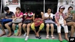 서울 지하철 승객들이 스마트폰 등 모바일 기기를 이용하고 있다. (자료사진)