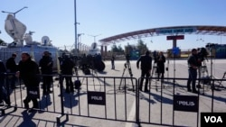 Members of the press are seen at the Oncupinar border crossing, Turkey, Feb. 8, 2016. Ankara is refusing to allow dozens of Western journalists at Oncupinar eager to cover the refugee story to cross the border into Syria. (Photo - J. Dettmer/VOA)