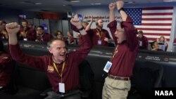 Des agents de la NASA célébrant à Pasadena (Californie) l'arrivée réussie de la sonde InSight sur Mars le 26 novembre 2018.