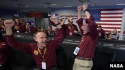 ناسا کے اہلکار 'اِن سائٹ' سے سگنل موصول ہونے کے بعد خوشی کا اظہار کر رہے ہیں۔