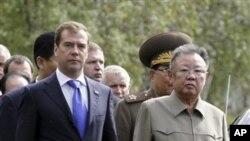 俄罗斯总统梅德韦杰夫(左)与朝鲜领导人金正日8月24日在乌兰乌德市一个军事基地举行会晤