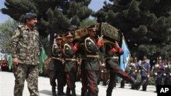 Militer Afghanistan melakukan upacara pemakaman bagi Arsala Rahmani, anggota senior Dewan Perdamaian Tinggi Afghanistan yang ditembak tewas di Kabul (14/5).