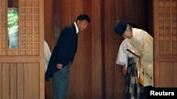 일본의 신도 요시타카 총무상이 15일 야스쿠니 신사를 참배하고 있다.