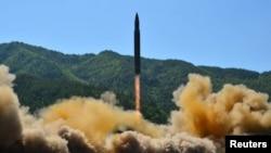 북한이 4일 대륙간탄도미사일(ICBM) 화성-14형 발사에 성공했다고 발표했다. 사진은 발사되는 대륙간탄도미사일 '화성-14'.