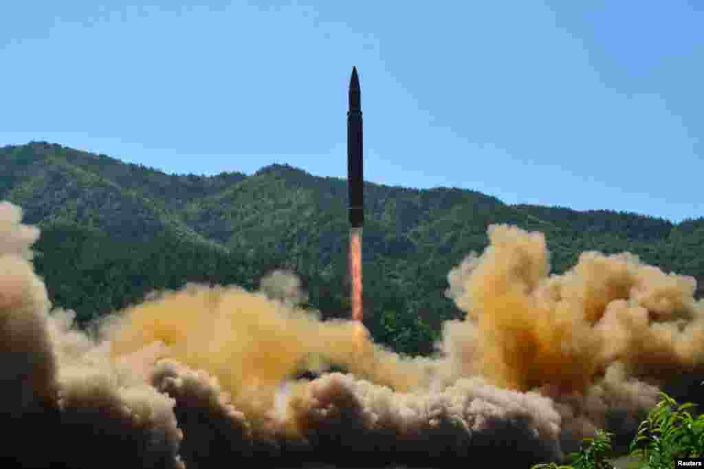 북한이 쏘아올린 대륙간탄도미사일 '화성-14형'이 연기 속에서 치솟고 있다.