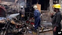 4일 폭발 사고가 발생한 아프리카 가나의 아크라 시에 소방대가 출동했다.